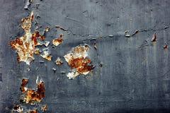 Rostige Blechtafel mit gebrochenem und Oxidation auf Oberfläche stockbilder