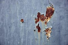 Rostige Blechtafel mit gebrochenem und Oxidation auf Oberfläche lizenzfreie stockfotografie