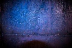 Rostige Eisengaragenwand mit einer schweißenden Linie stockbild