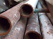 Rostige Eisenrohre stockbilder