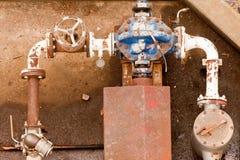 Rostige industrielle Wasserpumpe und -befestigungen Stockbild