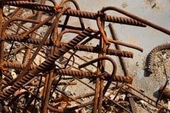 Rostige korrodierte befleckte Metallstücke: Draht, Installation, Armatur Lizenzfreie Stockfotografie