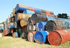 Rostige Kraftstoff- und Chemikalientrommeln stockfoto