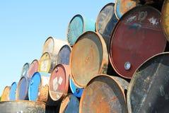 Rostige Kraftstoff- und Chemikalientrommeln stockfotografie
