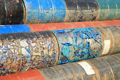 Rostige Kraftstoff- und Chemikalientrommeln stockfotos