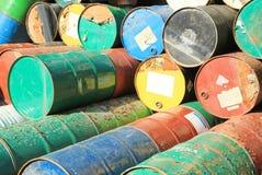 Rostige Kraftstoff- und Chemikalientrommeln stockbilder