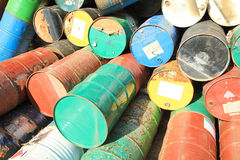 Rostige Kraftstoff- und Chemikalientrommeln stockbild