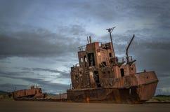 Rostige Lieferung auf dem Ufer Lizenzfreie Stockfotos