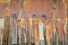 Rostige Metall- und Holzschindeln Stockbilder