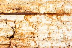 Rostige Metallarbeit mit Löchern und Rost, der Muster und Beschaffenheiten schafft stockfoto