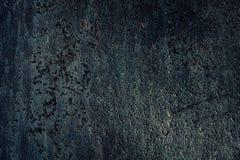 Rostige Metallbeschaffenheit dunkelgrauer blauer Nachtwaldhintergrund, für Stockbild