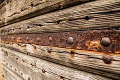 Rostige Metallstange und alte hölzerne Beschaffenheit Stockbilder