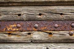 Rostige Metallstange und alte hölzerne Beschaffenheit Lizenzfreie Stockbilder