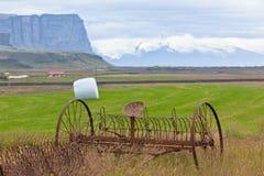 Rostige Pflüge auf einem Feld von Island Lizenzfreie Stockbilder