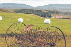 Rostige Pflüge auf einem Feld von Island Stockfoto