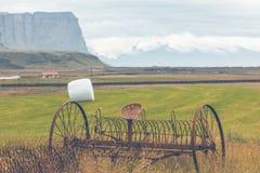 Rostige Pflüge auf einem Feld von Island Lizenzfreie Stockfotografie