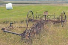 Rostige Pflüge auf einem Feld von Island Lizenzfreie Stockfotos
