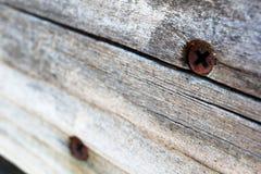 Rostige Phillips-Schrauben im Alternholz Stockbild