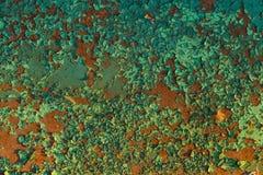 Rostige rote Metallwand weth Schalenflocken lindgrünen Farbe tex lizenzfreie stockfotos