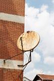 Rostige Satellitenschüssel auf der äußeren Wand Lizenzfreie Stockfotografie