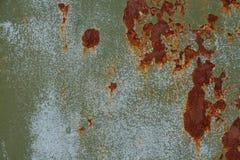 Rostige schäbige Metallbeschaffenheit mit der Schale der grünen und blauen Farbe Stockfoto