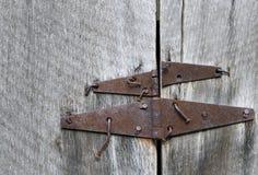Rostige Scheunentürabhängung und verbogene Nägel auf alter Eiche holzen, Parker--Hickmangehöft, Büffel-nationaler Fluss, Arkansas Lizenzfreie Stockbilder