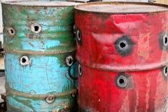 Rostige Schmieröl-Trommeln (Fässer) Stockfotos