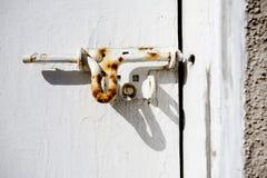 Rostige Schraube auf Tür Stockbild