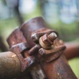 Rostige Schraube und Nuss auf Baugerüstnahaufnahme Lizenzfreies Stockbild
