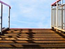 rostige Schritte der Metalltreppe im Freien zum blauen Himmel stockfotos
