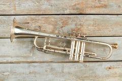 Rostige Trompete auf rustikalem hölzernem Hintergrund lizenzfreie stockfotos