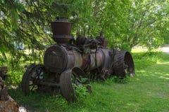 Rostiger alter Dampftraktor auf dem Rasen Stockbild