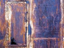 Rostiger alter Eisenkasten mit einer undichten Tür lizenzfreies stockfoto