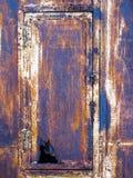 Rostiger alter Eisenkasten mit einer undichten Tür lizenzfreie stockfotos