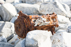 Rostiger Automotor auf Kieseln stockfoto