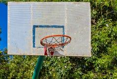 Rostiger Basketballkorb und Rückenbrett in Havana, Kuba lizenzfreies stockfoto