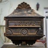 Rostiger Briefkasten der alten Weinlese gemacht vom Eisen stockfotografie