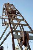 Rostiger Flaschenzug für ein Bergwerk stockbilder
