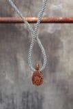 Rostiger Flaschenzug u. altes Seil Stockbild