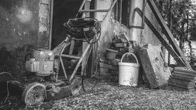 Rostiger Grasschneider, -ziegelsteine und -eimer Stockfotografie