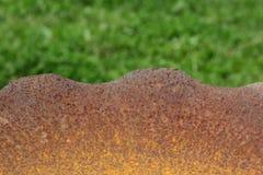 Rostiger Grill über unscharfem Grashintergrund Stockbild