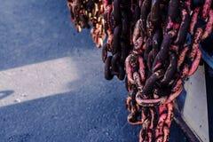 Rostiger lebender korallenroter Kettenabschlu? oben Hintergrund stockfotos