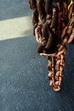 Rostiger lebender korallenroter Kettenabschlu? oben Im Hafengebiet Hintergrund stockfoto