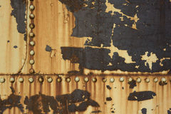 Rostiger Metallhintergrund mit Nieten lizenzfreie stockfotografie