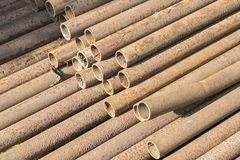 Rostiger Metallrohrstapel Stockfotos