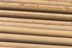 Rostiger Metallrohrstapel Stockbilder