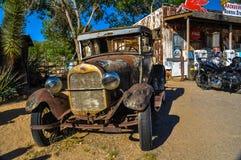 Rostiger Oldtimer auf Weg 66 in der Mojavewüste Lizenzfreie Stockfotos