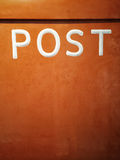 Rostiger orange Briefkasten Lizenzfreie Stockfotografie