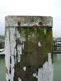 Rostiger Pfosten in einem Hafen Lizenzfreie Stockfotografie