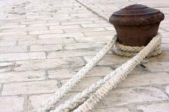 Rostiger Pier mit Seilen. Stockfotografie